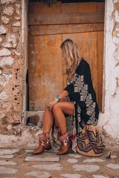 Boho Jewelry bohemian style kimono - The ultimate boho style kimono you just need to have for this summer! Discover the perfect Ibiza style bohemian look! Boho Gypsy, Bohemian Shoes, Bohemian Mode, Bohemian Chic Clothing, Boho Womens Clothing, Bohemian Kimono, Modern Hippie Clothes, Bohemian Outfit, Bohemian Bag