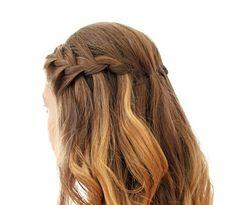 Der Waterfall-Braid (Wasserfallzopf) ist eine spannende Variante eines eingeflochtenen seitlichen Zopfs, der den Haaren einen hübschen Fall und mehr Volumen an den Seiten schenkt. Die Strähne, die von oben eingeflochten wird, lasst ihr danach nach unten gleiten und flechtet so weiter.
