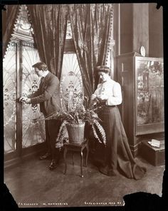 Beautiful interior decor within the American Gilded Age residential home of the stage actor and actress: James K. Hackett and his wife Mary Mannering, (as pictured here in ~ cwlyons ~ (Original image/collection: The MCNY) Antique Photos, Vintage Pictures, Vintage Photographs, Old Pictures, Old Photos, Victorian Life, Victorian Decor, Victorian Homes, Victorian Fashion