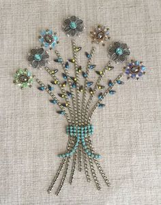Jewelry OFF! Jewerly art pictures vintage costumes 44 Ideas for 2019 Costume Jewelry Crafts, Vintage Jewelry Crafts, Recycled Jewelry, Vintage Jewellery, Jewelry Frames, Jewelry Tree, Book Jewelry, Art And Craft Videos, Jewelry Christmas Tree