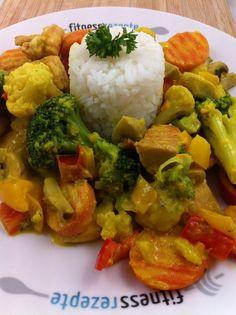 Die low fat Fitness Currypfanne mit Hähnchen ist nicht nur innerhalb weniger Handschläge gemacht, sondern sie schmeckt auch noch echt lecker. Wer dazu noch