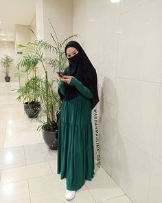 aa Syaa Allah.. Ko ada ya gamis linen japan harga semurah ini, Bener2 bahan nya super adem, ringan, senyaman ini sihh pake dress ini✨ Hijab Niqab, Hijab Outfit, Niqab Fashion, Fashion Outfits, Hijab Office, Face Veil, Green Pants, Modest Outfits, Islamic Quotes