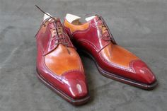 Gentlemen, cela fait un petit moment que nous nous intéressons de très près au travail de Riccardo Freccia Bestetti, étonnant et mystérieux bottier italien installé dans la petite ville de Vigevano à quelques encablures de Milan. Etonnant, Bestetti l'est assurément. Il suffit pour s'en convaincre de jeter un oeil à ses créations qui souvent confinent à la sculpture et qui, au delà des goûts (et des couleurs !), ne peuvent laisser aucun amateur de souliers indifférent. Alors certes, certaines…