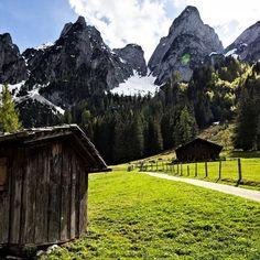 Hütte am Beginn des Rundweges um den Vorderen Gosausee am Dachstein.  #gosausee #gosaukamm Mount Rainier, Austria, Mountains, Instagram, Nature, Travel, Pictures, Naturaleza, Viajes