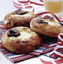 Στη Δανία και τη Σουηδία το Πάσχα φτιάχνουν αυτά τα φανταστικά γεμιστά με λαχταριστή κρέμα τσουρεκάκια που τα ονομάζουν Fastelavnsboller Easter Recipes, Easter Food, Yams, Greek Recipes, Burritos, Cupcake Recipes, Muffin, Sweets, Cookies