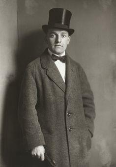 August Sander. Café Musician. c. 1919.