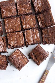 Very Good Chocolate Brownies. Recipe adapted from Nigel Slater(Baking Chocolate Brownies) Nigella Lawson Recipes Brownies, Plats Healthy, Healthy Food, Bon Dessert, Dessert Food, Baking Tins, Best Chocolate, Chocolate Fudge Brownies, Picnic