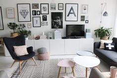Salon z białą podłogą i czarnymi dodatkami w skandynawskim stylu