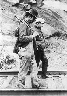 Two hobos (hobo came from homeward bound)walking along railroad tracks, after being put off a train during the Great Depression. The picture shows an iconic image of the Great Depression. Aragon, Old Pictures, Old Photos, Vintage Pictures, Vintage Images, Hobo Symbols, Ukraine, Hobo Purses, Great Depression