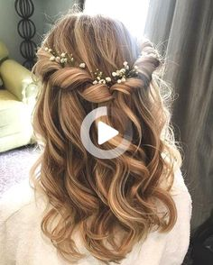 All the things to consider before choosing the wedding hairstyles: from modern trends and dress style to your face shape. Wedding Hair Half, Romantic Wedding Hair, Natural Wedding Makeup, Curly Prom Hair, Prom Hairstyles For Long Hair, Down Hairstyles, Bridal Hairstyles, Medium Hair Styles, Natural Hair Styles