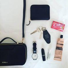 必要最低限で潔しのかばんの中身。バッグ・お財布etc.…ひとつひとつがおしゃれです。
