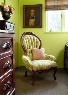 A Victorian chair is upholstered in a vibrant pattern to coordinate with the lime green walls of the bedroom. - Traditional Home ® / Photo: Werner Straube / Design: John Pfifer Marrs Country Living Decor, Cottage Style Decor, Rustic Cottage, Lime Green Walls, Victorian Chair, Love Chair, Green Bedding, Green Rooms, Traditional House