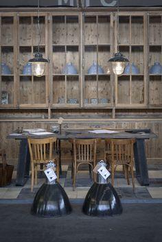kazernelampen (boven de tafel) en fabriekslampen (op de vloer) Oude bouwmaterialen en meubels op maat gemaakt bij Jan van IJken Eemnes www.oudebouwmaterialen.nl