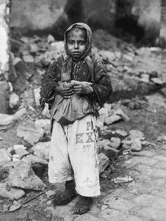 Προσφυγόπουλο - 1918 Lewis Wickes Hine, Old Photos, Vintage Photos, Greece Photography, Thessaloniki, Nostalgia, The Past, Old Things, Black And White