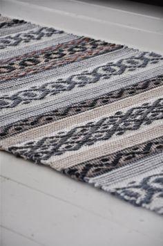 LOPPBERGA : Tokig i trasmattor på Loppberga - blog om en väverskas vardag, inspiration och mattor Weaving Textiles, Weaving Art, Weaving Patterns, Hand Weaving, Carpet Decor, Rugs On Carpet, Small Round Rugs, Recycled Fabric, Weaving Techniques