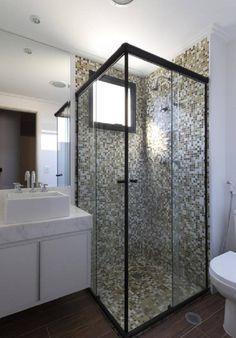 Banheiro pequeno com box quadrado