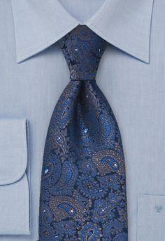 Un estampado fantasía de flores se muestra en esta corbata de color azul cobalto. La corbata está tejida en seda y procesada manualmente.  http://www.corbata.org/corbata-fantas%EDa-cobalto-flores-p-14515.html