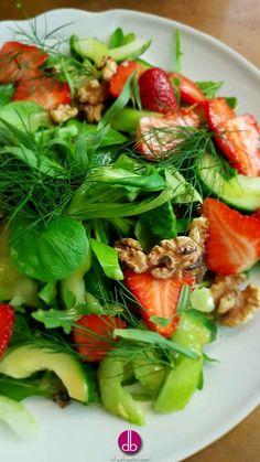 #vegan  Erdbeer-Gurken-Salat mit kandierten #Walnüssen Saftige #Gurken treffen auf frische #Erdbeeren und knackigen #Salat. Ein Augen- und #Gaumenschmaus mit Wermut-Erdbeer-Dressing. Ebenfalls dabei ist Staudensellerie und frische #Kräuter wie #Dill und #Estragon.
