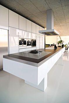 Résidence Ermatingen | Des armoires de la hauteur de la pièce peuvent être conçues avec plusieurs meubles de hauteurs standards superposés o...
