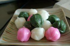 Kkul Ddeok (꿀떡): Rice cake (떡) filled with syrup
