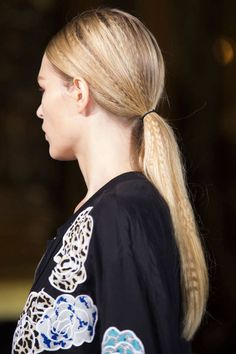 Hairstylist Eugene Souleiman did the impossible backstage at Stella McCartney: He created a crimped style that's actually cool (not in a funny, throwback way), sleek and wearable. The secret is to only crimp the very top layer of hair in random sections— Catwalk Hair, Runway Hair, Hair Trends 2015, Fall Hair Trends, 2016 Trends, Makeup Trends, Beauty Trends, Beauty Hacks, Makeup Ideas