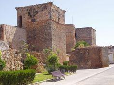 CASTLES OF SPAIN - Castillo de Niebla, (ó de los Guzmanes), Huelva. La fortaleza   original fue construida durante la taifa de Niebla, sobre restos romanos, visigodos. La construcción   actual tiene elementos posteriores a la Reconquista. El terremoto de 1755 provocó graves   desperfectos tanto en las murallas como en el castillo, principalmente en la torre del homenaje.   En la Guerra de la Independencia, parte de las murallas fueron destruidas por las tropas francesas.