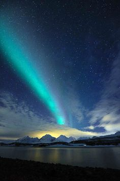 Budget Family Vacation aurora borealis forecast anchorage only on this page Tumblr Wallpaper, Lit Wallpaper, Wallpaper Animes, Disney Wallpaper, Lock Screen Wallpaper, Aurora Borealis From Space, Sky Full Of Stars, Green Sky, See The Northern Lights