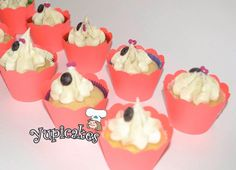 Cupcakes de vainilla con cobertura de crema de chocolate blanco y decoraciones de chocolate negro. #yupicakes #sonrisas #sabor #cdmx #mexicodf