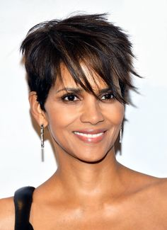 Halle Berry, who used to rock a much shorter style, has grown out her pixie. Her long, asymmetrical bangs and subtle highlights give her haircut major personality. Cool Haircuts, Cute Hairstyles, Medium Bob Hairstyles, Casual Hairstyles, Braided Hairstyles, Halle Berry Style, Asymmetrical Bangs, New Hair Trends, Celebrity Haircuts