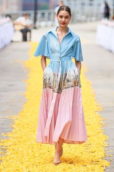 The complete Lela Rose Spring 2020 Ready-to-Wear fashion show now on Vogue Runway. Lela Rose Spring 2020 Ready-to-Wear Fashion Show - Lela Rose Spring 2020 Ready-to-Wear Fashion Show Collection Fashion Show Themes, Fashion Show Dresses, Fashion Show Party, Vs Fashion Shows, Summer Fashion Outfits, Fashion Show Collection, Fashion Week, New York Fashion, Fashion Trends