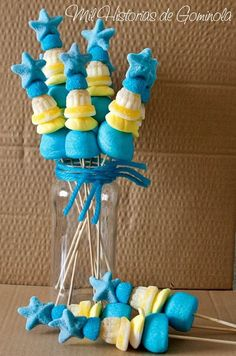 #brochetas de #chuches para #comuniones #bautizos o #cumpleaños #sweet #candy Candy S, Candy Cakes, Frozen Birthday Party, Birthday Parties, Christmas Fair Ideas, Candy Kabobs, Bar A Bonbon, Sweet Cones, Party Pops