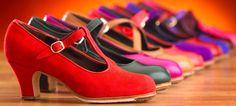 ¡PONTE LOS ZAPATOS DE TACÓN Y TACONEA! - Cuando uno empieza a bailar danza española y flamenco, lo primero que tiene que comprarse son unos zapatos de tacón. Pero no cualquier zapato. No todos los zapatos son iguales o suenan igual. Hay todo un arte en la fabricación artesanal de ellos. Lo más importante para que un zapato suene bien es que estén hechos completamente a mano. Y os lo digo desde la experiencia personal. Los primeros zapatos que me compré, hace ya más de 20 años, fueron unos…