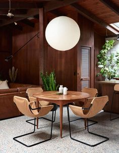 Salle à manger  Love this with one caveat a single central table leg leaves more room for you