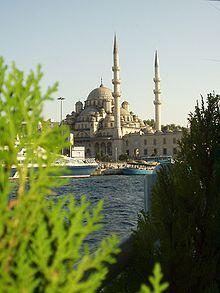 La Mezquita Nueva o Mezquita Yuni (en turco, Yeni Cami) es una mezquita situada en el distrito de Eminönü, Estambul, Turquía. La mezquita situada en el Cuerno de Oro al sur del Puente Gálata siendo una de las vistas más conocidas de la ciudad.