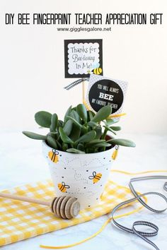 DIY Gifts : Bee Fingerprint Teacher Appreciation Gift Teachers are special people, and having a teacher that believes in you, encourages you and motivates Teachers Day Gifts, Bee Teacher Gifts, Teachers Pet, Bee On Flower, Flower Pots, Bee Gifts, Teacher Appreciation Week, Employee Appreciation, Teachers' Day