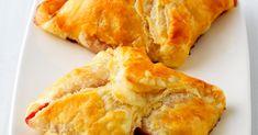 Diese Blätterteigtaschen haben eine ungewöhnliche Füllung aus Gorgonzola und Birnenstücken. Unbedingt probieren! Spanakopita, Dairy, Cheese, Ethnic Recipes, Food, Oven, Food Portions, Food Food, Food Recipes