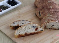 Pane con pomodori secchi olive e capperi Olive, Pizza, Bread, Food, Brot, Essen, Baking, Meals, Breads