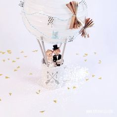 """DIY wedding gift """"hot air balloon"""" - Discover numerous other ideas and . DIY wedding gift """"hot air balloon"""" – Discover numerous other ideas and instructions on how to get Diy Wedding Gifts, Diy Gifts, Money Bouquet, Engagement Ring Cuts, Gifts For Coworkers, Diy For Teens, Hot Air Balloon, Diy Videos, Diy And Crafts"""