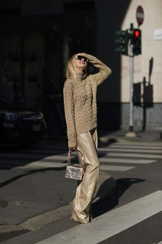 Attendees at Milan Fashion Week Spring 2018 - Street Fashion Street Style 2018, Milan Fashion Week Street Style, Spring Street Style, Milan Fashion Weeks, Cool Street Fashion, Street Styles, Style Couture, Fashion Outfits, Womens Fashion