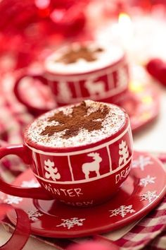 Cups with hot chocolate for Christmas day. - Christmas decorated cups with hot chocolate for holidays. Christmas Mood, Christmas Kitchen, Noel Christmas, Christmas Morning, Christmas Photos, All Things Christmas, Christmas Treats, Christmas Decorations, Christmas Coffee