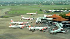 Rifan Financindo Ratusan penumpang Lion Air mengamuk di Terminal 1 Bandara Soekarno-Hatta, Senin (1/8). Mereka memblokir eskalator dan landas pacu ( runway ) di Terminal 1. Hal itu terjadi karena penumpang tidak kunjung diberangkatkan sejak semalam. Rifanfinancindo Kekacauan terjadi karena…