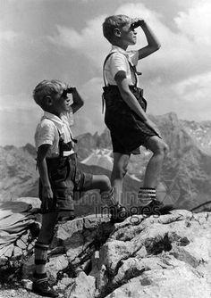 Zwei Jungen in Lederhosen auf Bergfelsen ullstein bild - Göllner/Timeline Images #1941 #Lederhosen #Climbing #Klettern #Berge #Bergsteigen