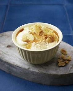 Mascarponecreme mit Bananen, Honig, Zimt und Erdnüssen