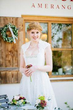 Ein Brautdirndl mit bodenlanger Brautkleidvariante von Tian van Tastique Bild 2