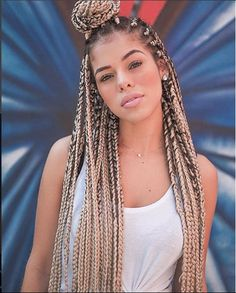 All styles of box braids to sublimate her hair afro On long box braids, everything is allowed! For fans of all kinds of buns, Afro braids in XXL bun bun work as well as the low glamorous bun Zoe Kravitz. Box Braids Updo, Afro Braids, Blonde Box Braids, African Braids, Cornrows, 5 Braid, Hair Updo, French Braid Hairstyles, Box Braids Hairstyles