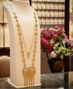 Simple Necklace Designs, Unique Ring Designs, Gold Wedding Jewelry, Gold Jewelry Simple, Gold Chain Design, Gold Jewellery Design, Diwali Outfits, Rose Necklace, Mehndi