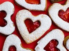 Deliciosas galletas de mantequilla preparadas con mermelada de fresas y azúcar glass. Un regalo perfecto para el día de San Valentin!