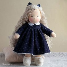 Купить или заказать Вальдорфская кукла в интернет-магазине на Ярмарке Мастеров. Куколка сшита из натуральных материалов - хлопкового трикотажа и овечьей шерсти, для волос используется шерстяная пряжа. Волосы вшиты равномерно по всей голове, их можно расчесывать и делать разные прически. Видеокурсы по куколкам: www.livemaster.ru/nata-le?cid=377873 Чтобы знать о новых работах и акциях магазина, нажмите кнопочку 'Добавьте в свой…