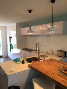 Cuisine blanc laque avec poignées intégrées Plan de travail céramique et bois #moderne #kitchen #cuisine #contemporain #laque #white #cuisinistelyon  www.schottcuisines.com