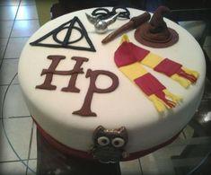 Festa Harry Potter bolo decorado com simbolos Bolo Harry Potter, Gateau Harry Potter, Harry Potter Birthday Cake, Harry Potter Food, 14th Birthday Cakes, Movie Cakes, Big Cakes, Cute Desserts, Specialty Cakes